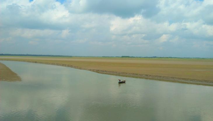 ঢেউয়ের তালে দুলতে থাকা জেলের নৌকা। (ছবি : আরিফ সবুজ, নোয়াখালী)