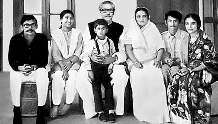 সপরিবারে বঙ্গবন্ধু শেখ মুজিব। পাশে বঙ্গমাতা শেখ ফজিলাতুন্নেসা মুজিব। ছবির ডান থেকে প্রথমে বঙ্গবন্ধু কন্যা ও বর্তমান প্রধানমন্ত্রী শেখ হাসিনা