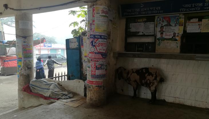 শীতে জবুথবু নরসিংদীর রেলস্টেশনে ছিন্নমূল মানুষ। (ছবি : মনিরুজ্জামান)