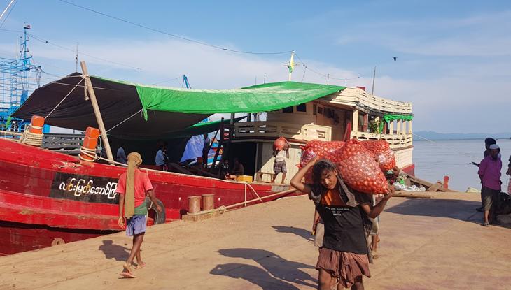 মিয়ানমার থেকে প্রবেশ করেছে পেঁয়াজভর্তি ১৫টি ট্রলার। (ছবি : শাহ মুহাম্মদ রুবেল)
