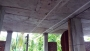 ঘরের ভেতর বিদ্যুৎ এর তার, খুঁটি রয়েছে দেয়াল ঘেঁষে